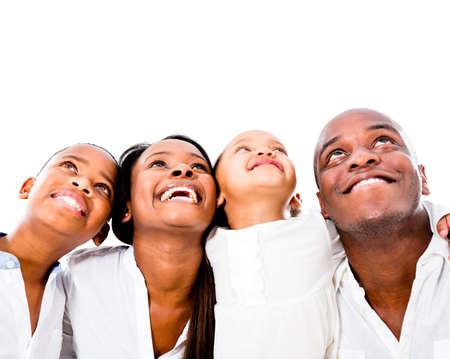 bambini pensierosi: Famiglia felice guardando in alto - isolato su uno sfondo bianco