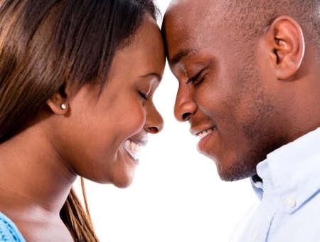 donna innamorata: Ritratto di una coppia amorosa felice con la testa insieme