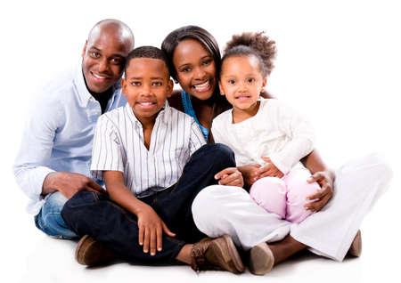 ni�os africanos: Hermosa familia afroamericana mirando feliz - aislado m�s de blanco