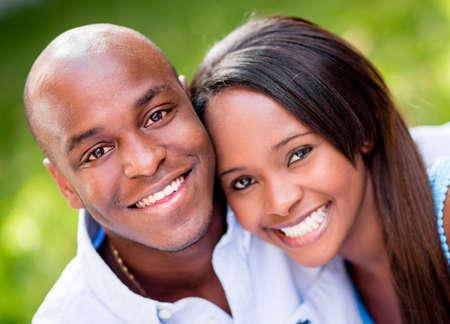parejas enamoradas: Hermoso retrato de una pareja feliz sonriendo al aire libre