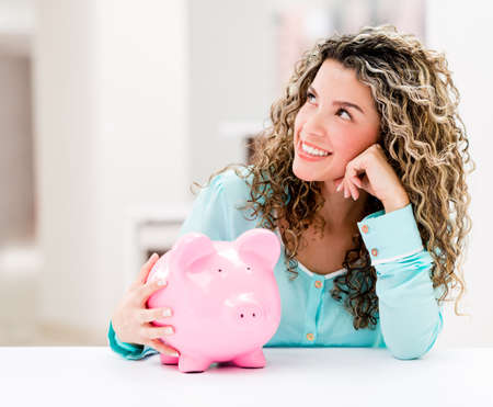 coinbank: Mujer pensativa con una hucha que parece muy feliz