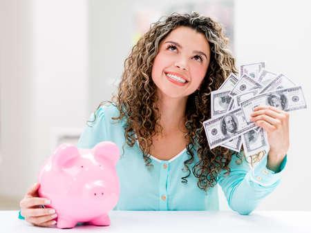 coinbank: Mujer pensativa poner sus ahorros en una hucha