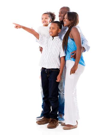 Gl�ckliche Familie weg zeigt - isoliert in einem wei�en Hintergrund
