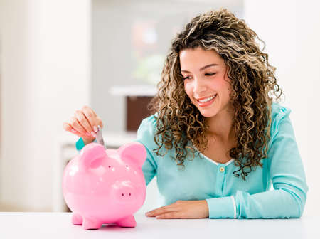 ahorros: Feliz ahorrar dinero en una alcancía Mujer Foto de archivo