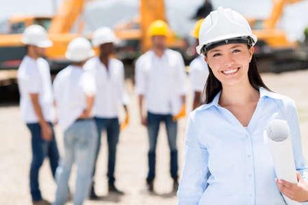 Weiblicher Architekt an einer Baustelle suchen gl�cklich