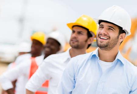 ingeniero civil: Grupo de hombres que trabajan en una obra en construcci�n Foto de archivo