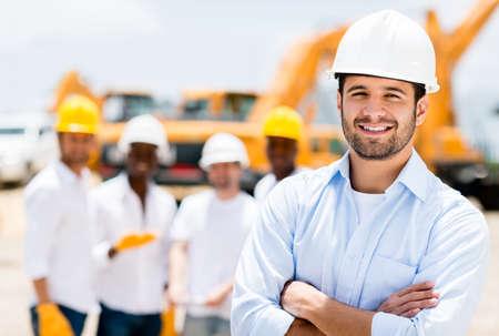 ingeniero civil: �xito arquitecto de sexo masculino en una obra de construcci�n con los brazos cruzados