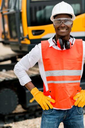 ingeniero civil: Operador de trabajar con una m�quina en una obra en construcci�n Foto de archivo