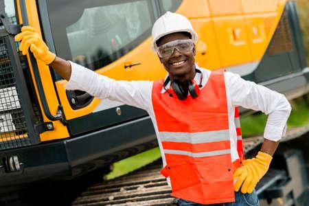Bauarbeiter mit einem Kran auf dem Hintergrund Lizenzfreie Bilder