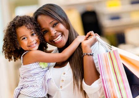 ni�os de compras: Retrato de una madre y su hija de compras y mirando feliz