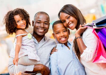 ni�os de compras: Retrato de una familia de compras y mirando muy feliz