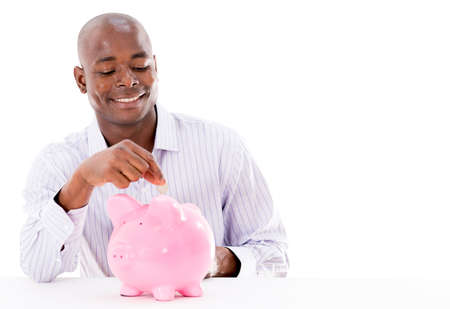 coinbank: Feliz el hombre de ahorrar dinero en una hucha - aislado m�s de blanco