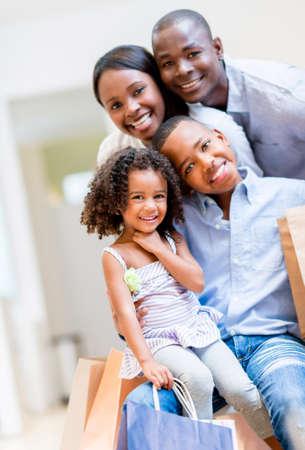ni�os de compras: Hermoso retrato de una familia afroamericana de compras Foto de archivo