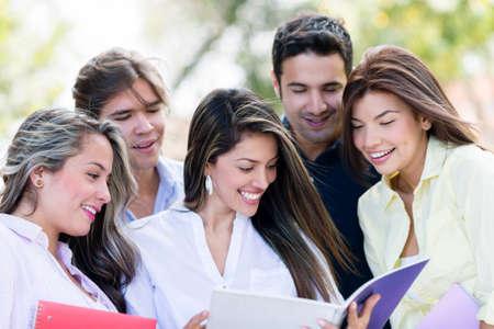estudiantes universitarios: Feliz grupo de estudiantes sonriente en el parque