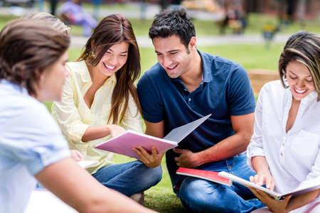 hispanic student: Grupo de estudiantes que estudian al aire libre y mirando muy feliz Foto de archivo