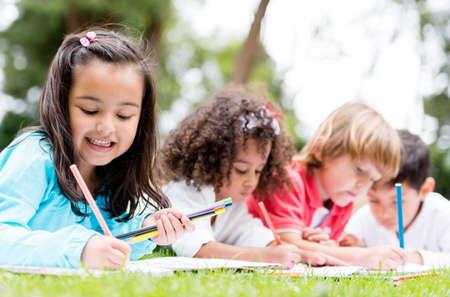 ni�os dibujando: Feliz grupo de ni�os de la escuela que se divierten
