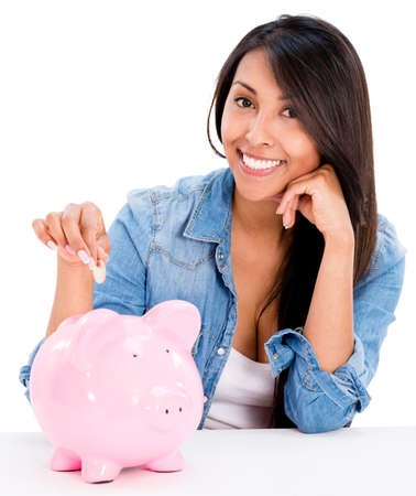 dinero: Casual ahorrar dinero en una hucha mujer - aislada sobre fondo blanco