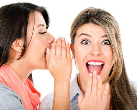 fofoca: Mulheres fofocando e contando um segredo - isolado sobre o branco