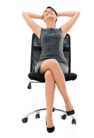 mujer sentada: Mujer de negocios c�modo que se sienta en una silla - aislada sobre fondo blanco Foto de archivo
