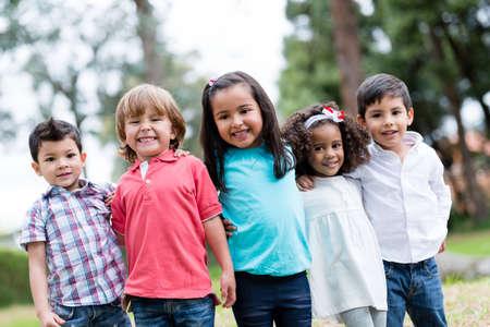 Glückliche Gruppe Kinder lächelnd im Park Lizenzfreie Bilder