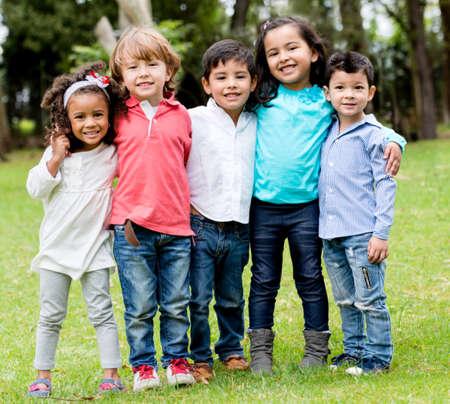 Glückliche Gruppe von Kindern zusammen im Park Lizenzfreie Bilder