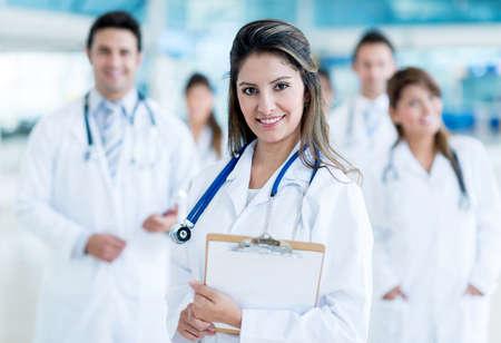 Medizinisches Personal im Krankenhaus suchen gl?cklich Lizenzfreie Bilder