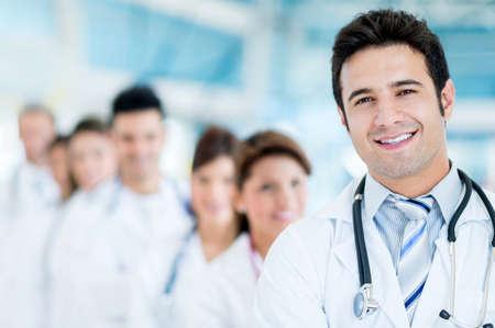 Männlich Arzt im Krankenhaus mit seinem Team