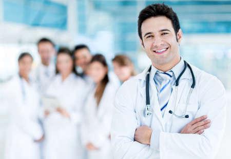 Happy Arzt mit medizinischen Personal im Krankenhaus Lizenzfreie Bilder