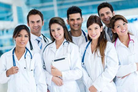 Gruppe von Ärzten im Krankenhaus suchen sehr glücklich