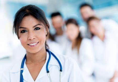 staff medico: Medico femminile in ospedale leader di un gruppo di personale medico Archivio Fotografico