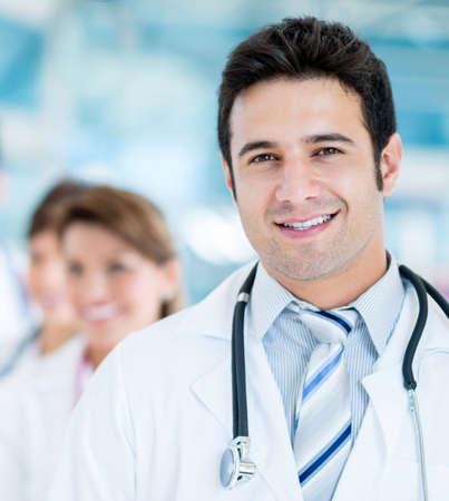 Friendly männlichen Arzt im Krankenhaus lächelnd