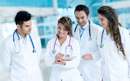 Gruppe von ?rzten zusammen arbeiten im Krankenhaus Lizenzfreie Bilder