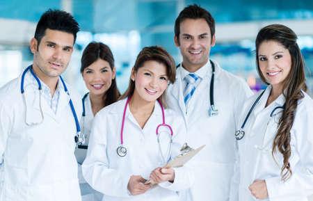 Gruppe von befreundeten Ärzten zusammen und lächeln Lizenzfreie Bilder