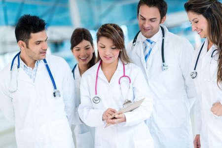 staff medico: Gruppo di personale medico lavorare insieme in ospedale