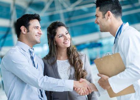 Hausarzt Handshake ein paar im Krankenhaus Lizenzfreie Bilder