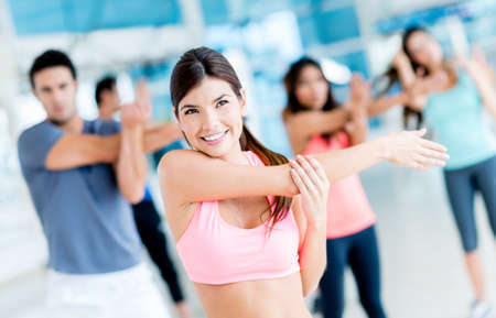 Gruppe fit Menschen in der Turnhalle Stretching