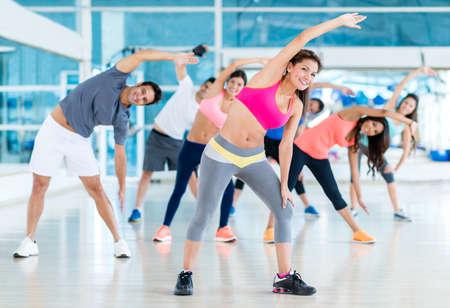 Gruppe der Turnhalle Menschen in einem Stretching-Klasse