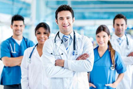 grupo de médicos: Médico que lleva un equipo médico en el hospital Foto de archivo