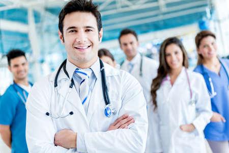 Man führt eine Gruppe von Ärzte im Krankenhaus