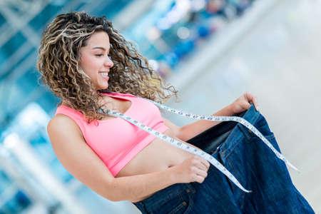 Fit Frau in Baggy Pants - Gewichtsverlust Konzepte Lizenzfreie Bilder