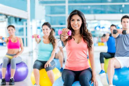 Gruppe von Menschen fit im Fitnessstudio trainieren