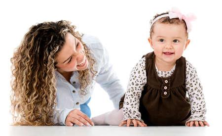 bebe gateando: Mujer feliz con el bebé gateando - aislados sobre fondo blanco