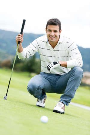 Männlichen Golfspieler auf dem Golfplatz mit einem Verein