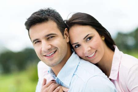 Schöne Porträt eines liebenden Paar sucht glücklich im Freien