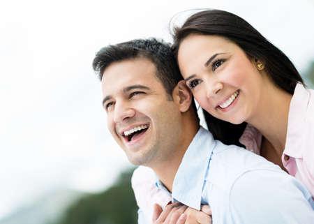 Portrait eines glücklichen Liebespaar draußen lacht