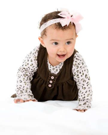 bebe gateando: Bebé hermoso que se arrastra - aislados en un fondo blanco Foto de archivo