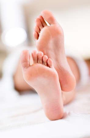 Shot von barfuß Füße bereit für eine Fußmassage