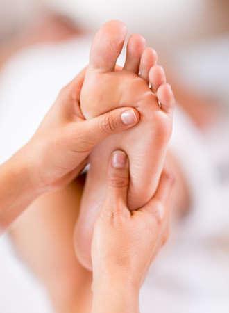 Nahaufnahme von einer Fußmassage im Spa Lizenzfreie Bilder