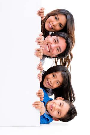 Fun Familie mit einem Banner - über einen weißen Hintergrund isoliert