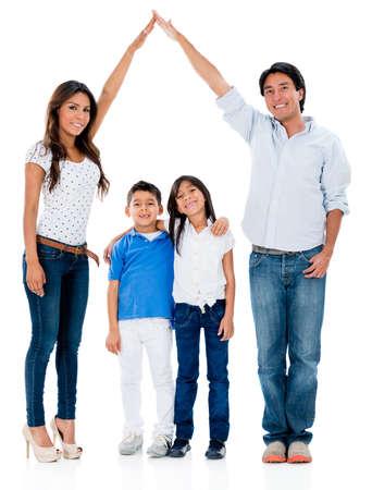 ni�o abrigado: Familia feliz en un hogar seguro - aislado sobre fondo blanco